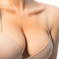 Jak na větší přirozená prsa? Implantáty v kombinaci s vlastním tukem